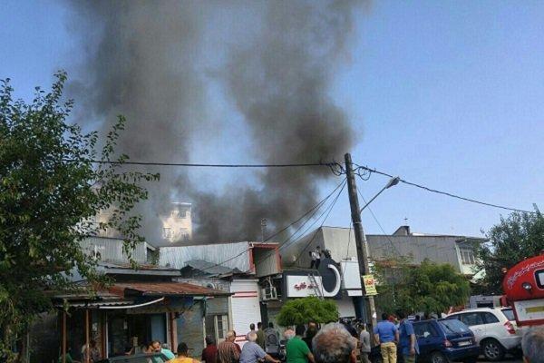 وقوع آتش سوزی فروشگاه لوازم التحریر درانزلی، اطفای حریق ادامه دارد