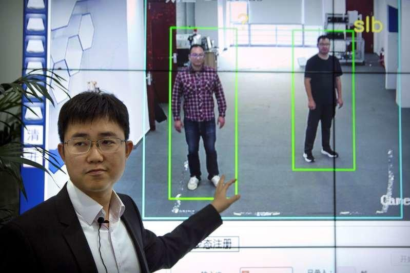 توسعه فناوری گام شناس برای تشخیص هویت افراد در خیابان توسط چینی ها