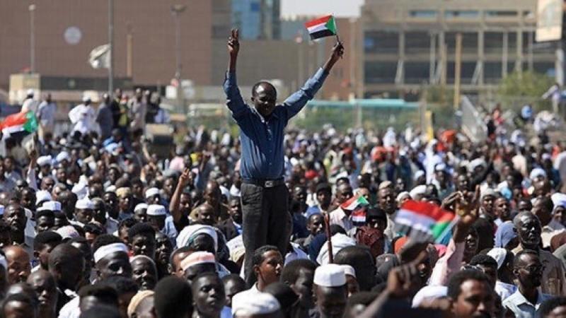 تظاهرات معترضان سودانی به نزدیکی محل اقامت عمر البشیر رسید