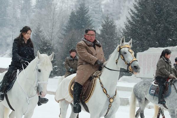 پیغام اسب سواری مجدد اون در جنگلی برفی برای آمریکا