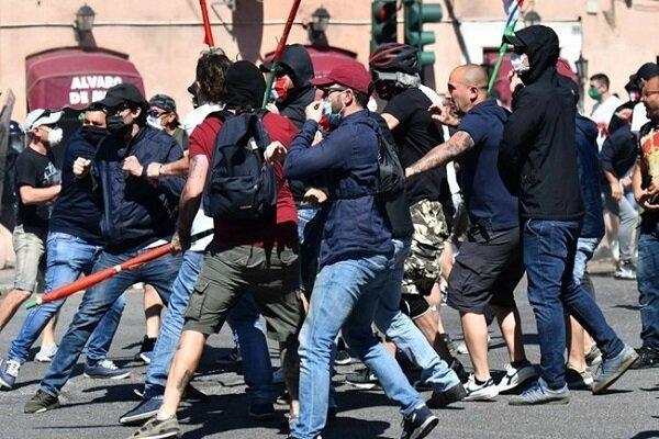 تجمع معترضین در مقابل کنسولگری آمریکا در ناپل