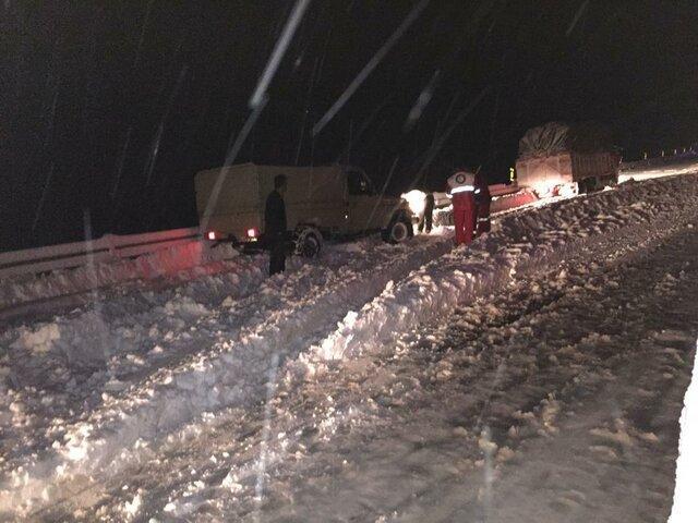 امدادرسانی هلال احمرکردستان به 722 مسافر در برف وکولاک