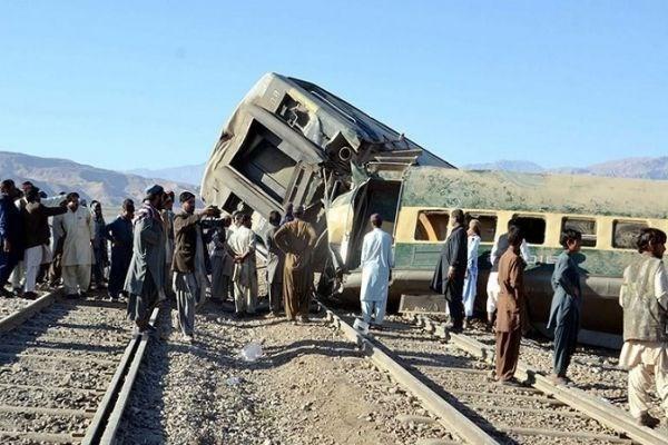 32 کشته و زخمی در حادثه خروج قطار از خط در پاکستان