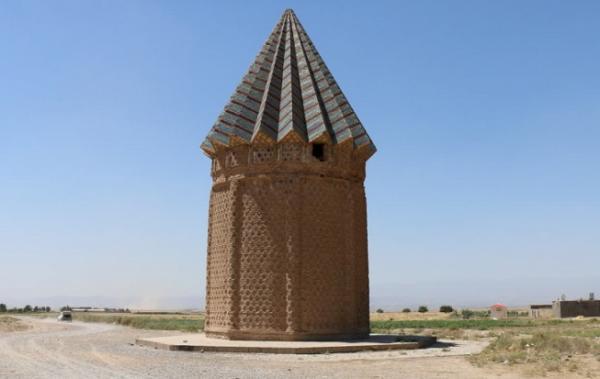 برج آرامگاه اخنگان، معماری زیبای چندصدساله در دشت توس